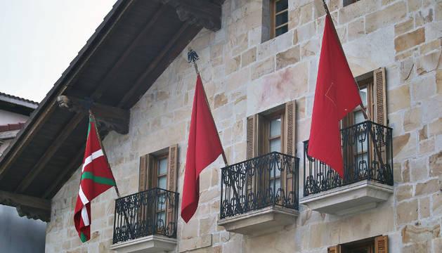 Las banderas que ondeaban el viernes en la Casa de Cultura de Olazagutía.