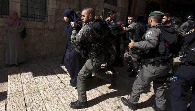 La policía israelí detiene a una joven palestina.
