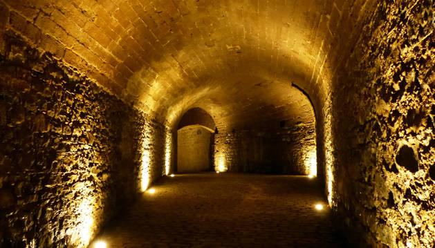 El interior del baluarte de Labrit, iluminado.