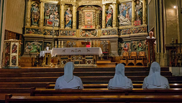 Varios feligreses rezan en la iglesia de San Juan.