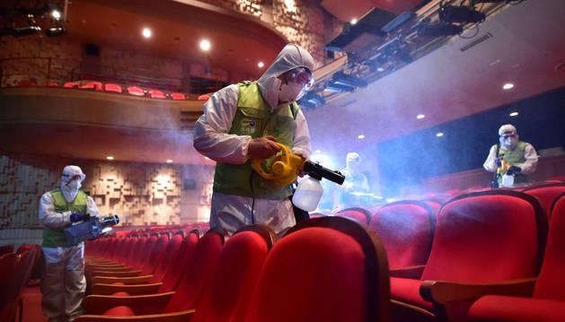 Trabajadores fumigando un teatro de Corea del Sur.