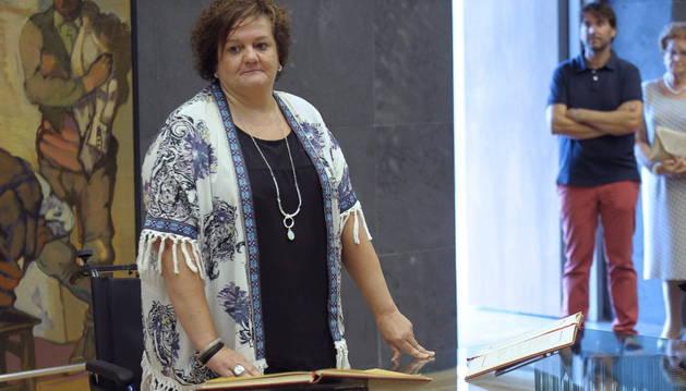 Consuelo Satrustegui durante la toma posesión como parlamentaria.