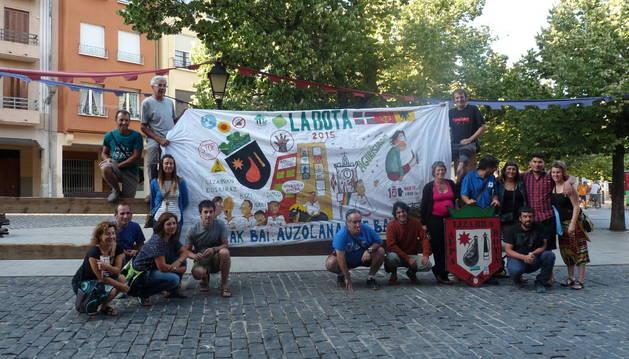 Los integrantes de la peña La Bota, en la plaza de Santiago.