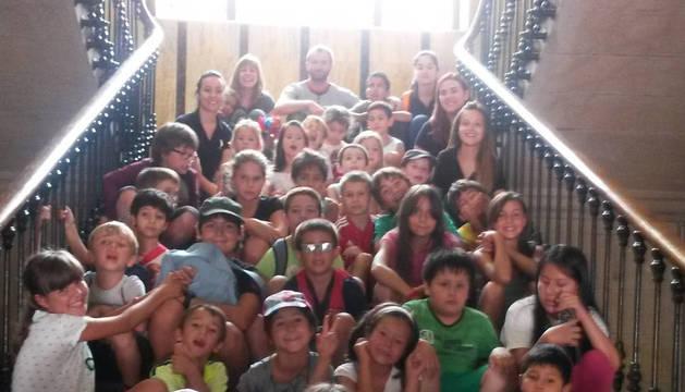Los niños, monitores y representantes municipales, en la escalera consistorial tras la recepción.