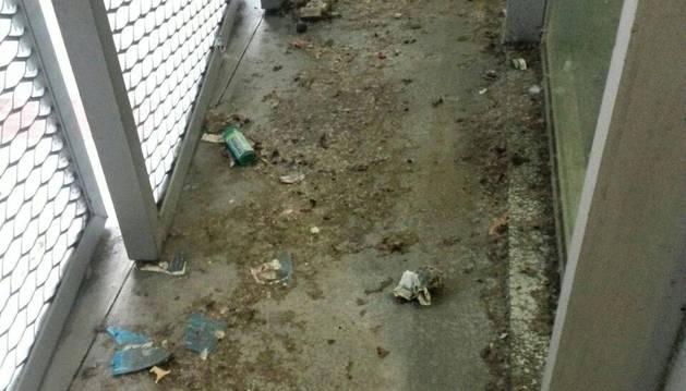 Suciedad acumulada en algunas zonas de las instalaciones del Registro Civil en Pamplona.