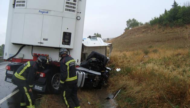 El camión accidentado, en la cuneta.