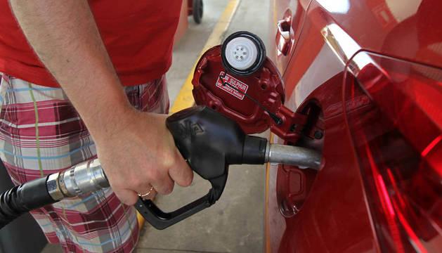 Una persona reposta gasolina.