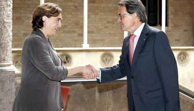 El presidente de la Generalitat, Artur Mas, y la alcaldesa de Barcelona, Ada Colau, se saludan antes de mantener su primera reunión de trabajo.