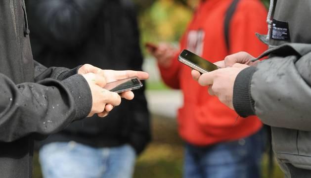 Jóvenes utilizando el móvil.