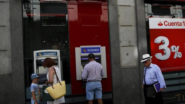 El Santander cobrará dos euros por el uso de sus cajeros a no clientes