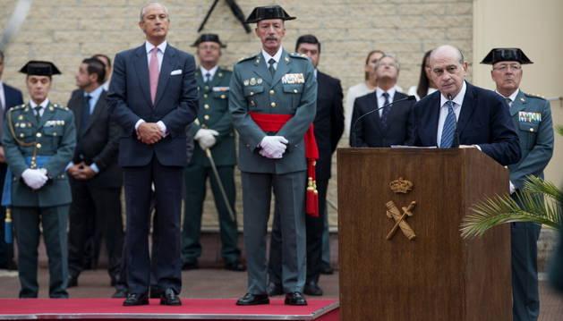 El ministro del Interior, Jorge Fernández Díaz (d), interviene durante el nombramiento del General Jefe de la Guardia Civil en Vitoria.
