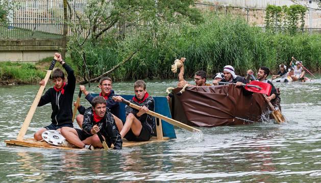 Los cinco artilugios flotantes tuvieron que remar desde el Ega a la altura de Lizarra Ikastola hasta el Santo Sepulcro.