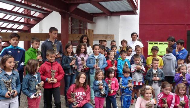 Los niños galardonados posan con sus trofeos en la fachada de la plaza de toros de Estella.
