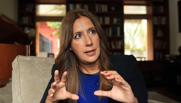 Dolores Redondo habla durante una entrevista en Bogotá (Colombia).