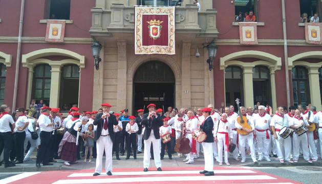 Los txistularis ponen la música al cohete de las fiestas de Estella.