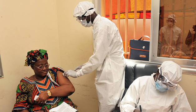 Una mujer recibe su vacuna en Conakry.