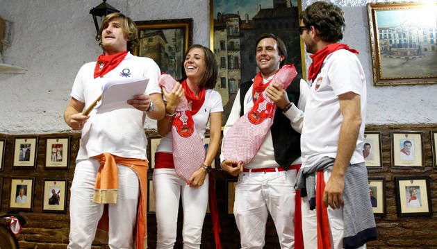 De izda. a dcha., Jorge Ruiz, presidente de la peña; Isabel Calvo; Sergio Iturre; e Íñigo Torrents, socio de la peña.
