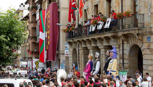 Los etxarriaras se reunieron en la plaza mientras el Club de Fútbol de Etxarri y la organización de la Carrera por el Monte lanzaban el chupinazo.