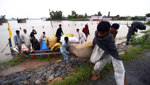 Voluntarios trabajan para detener el agua en Pakistán.