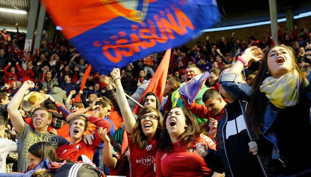 Aficionados de Osasuna, durante un partido en el Sadar.