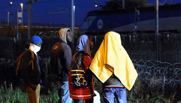 Varios inmigrantes en Coquelles, cerca del eurotúnel.