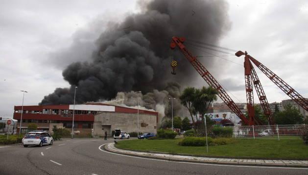 Columna de humo provocada por el incendio de Freiremar.