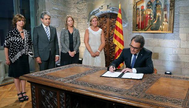 Mas, durante la firma del decreto de convocatoria de elecciones.