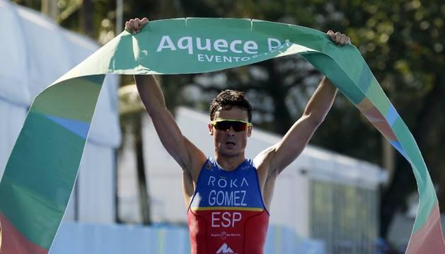 El triatleta español Javier Gómez Noya cruza primero la meta en Río de Janeiro.