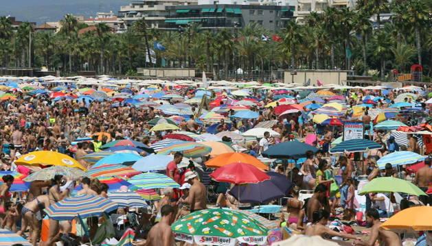Playa de Levante de Salou repleta de turistas.