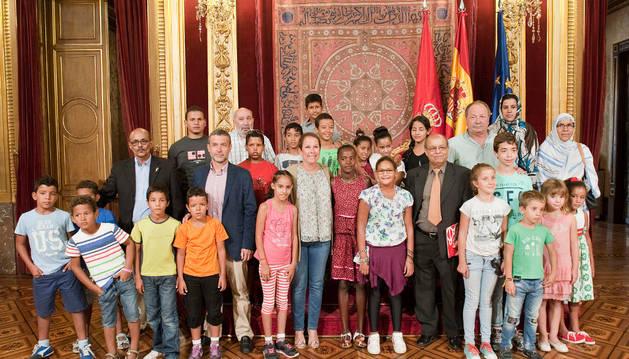 La Presidenta Barkos y otras autoridades junto con una representación de los menores saharuis acogidos.