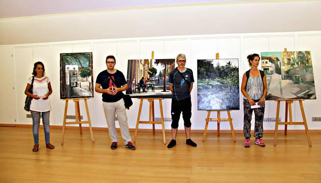 Naike Casado, Eduardo Alsasua, Raúl Gil y Johanna Soldevilla, con sus respectivos cuadros.