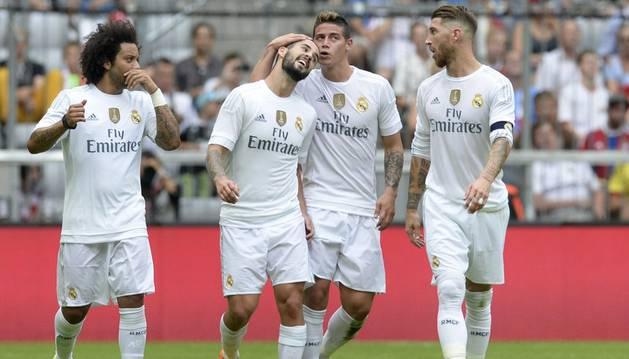 Los jugadores blancos celebran el gol de James.