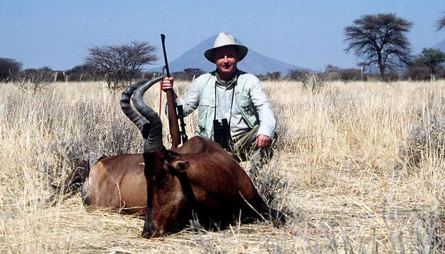 Un cazador exhibe su trofeo.