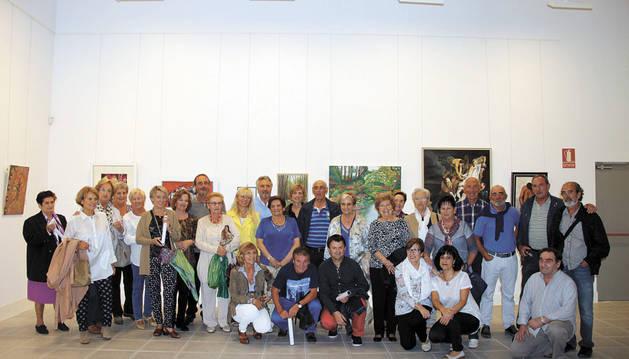 Foto de familia de los pintores tafalleses el día de la inauguración.