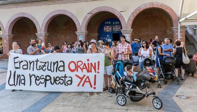 Concentración de padres de la guardería en Huarte.