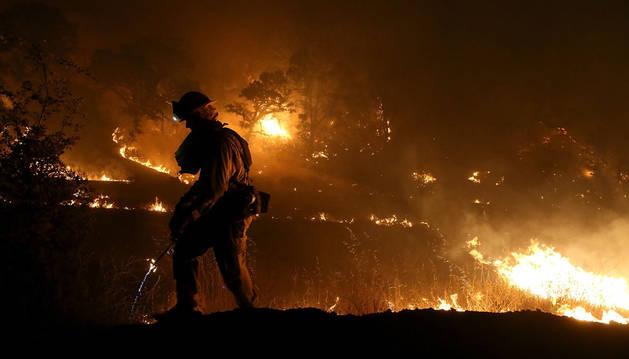 Un bombero trabaja en las labores de extinción de un incendio activo en California.