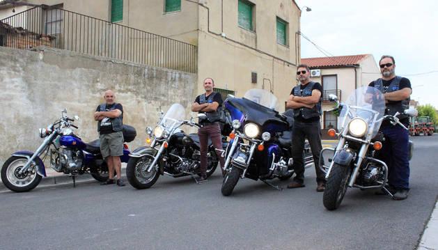De izquierda a derecha, los socios del motoclub Caballos de Fuego Jesús Sierra y Andrés Reinaldos; el presidente Javier Pérez; y el socio Juan Cruz Ardaiz.