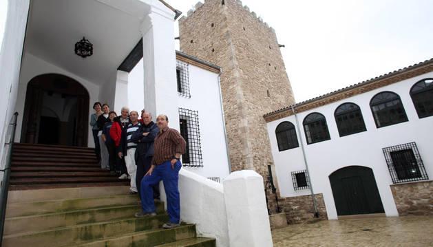 Un grupo de voluntarios de la asociación de Cortes en el patio de armas del castillo de la localidad.