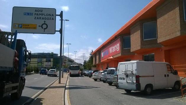 Exterior del local que se destinará a bazar, junto a un vial de servicio y la carretera PA-30. Al fondo, Itaroa.