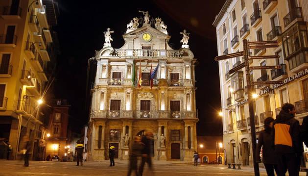 El Ayuntamiento de Pamplona, en una imagen nocturna.