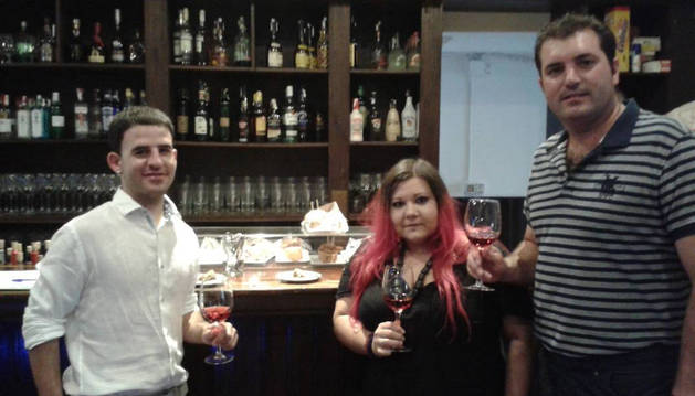 Desde la izquierda, el alcalde de Olite, Andoni Lacarra, la bloguera gastronómica Silbia Redondo y el presidente de la Cofradía del Vino y del Consejo Regulador de la D.O. Navarra, David Palacios.
