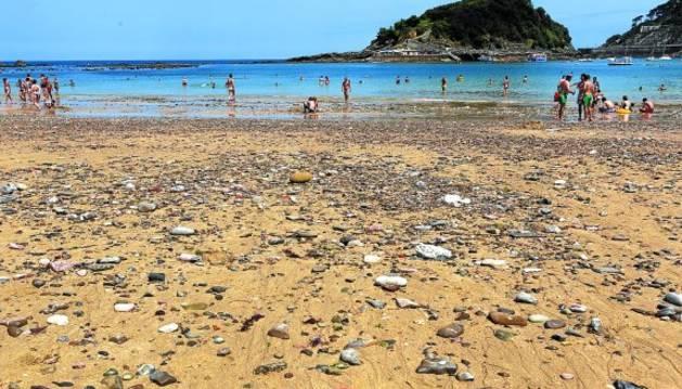 Piedras en la orilla de la playa de Ondarreta, en San Sebastián.