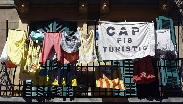 Un balcón en Barcelona protesta contra los pisos ilegales turísticos.