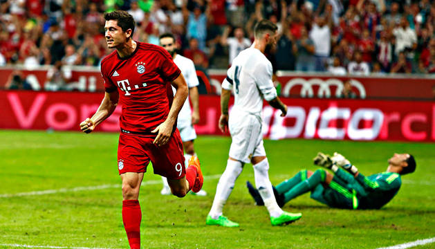 Lewandowski celebra su gol al Real Madrid.