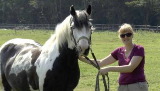 Jennifer Wathan, con uno de los equinos del estudio.