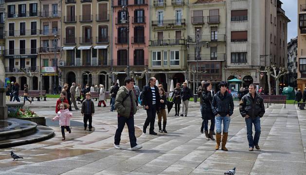 Varias personas, en la Plaza del Castillo de Pamplona.
