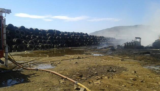 Incendio en una planta de reciclaje de neumáticos en Murillo el Fruto