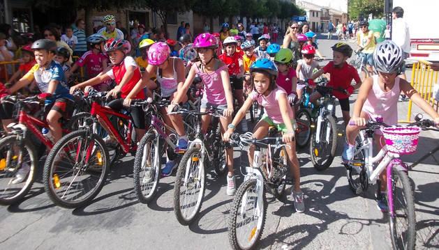 Los niños se preparan en la línea de salida para participar en esta edición del Día de la bici.