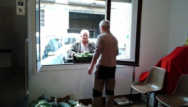 Un hortelano acerca productos al Centro de Atención Ciudadana.