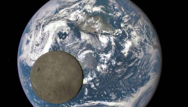 Fotografía facilitada por la NASA que muestra una vista inédita de la luna.